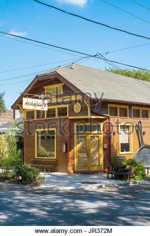 United States, Louisiana, New Orleans. Atchafalaya Restaurant in the Garden District. - Stock Image