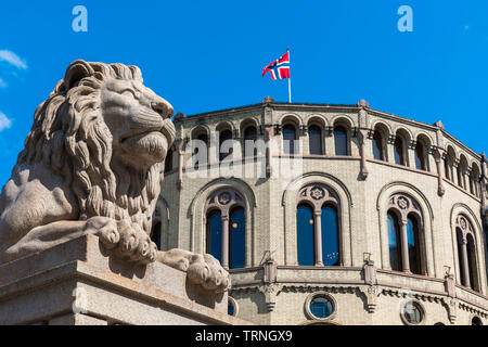 Parliament Oslo, view of a lion statue sited in front of the Norwegian Parliament building in Oslo. - Stock Image