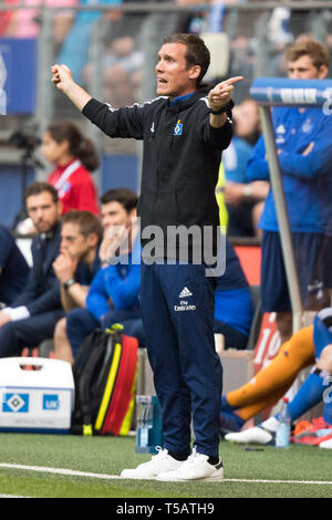 Hamburg, Deutschland. 20th Apr, 2019. coach Hannes WOLF (HH) shows in both directions, gives instruction, instructions, gesture, gesture, full figure, upright format, Soccer 2. Bundesliga, 30. matchday, Hamburg HSV Hamburg Hamburg (HH) - FC Erzgebirge Aue (AUE) 1: 1, on 20.04.2019 in Hamburg/Germany. ¬ | usage worldwide Credit: dpa/Alamy Live News - Stock Image