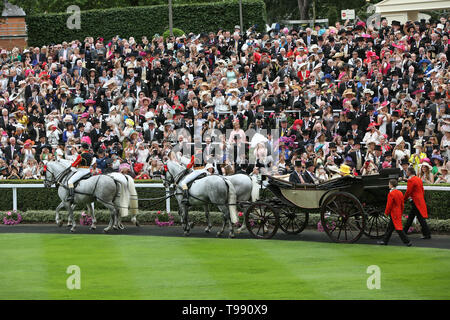 19.06.2018, Ascot, Windsor, UK - Royal procession. Queen Elizabeth the Second arriving at the racecourse. 00S180619D835CAROEX.JPG [MODEL RELEASE: NO,  - Stock Image