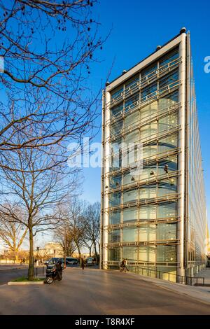 France, Paris, Institute of the Arab World (IMA), designed by architects Jean Nouvel and Architecture Studio - Stock Image