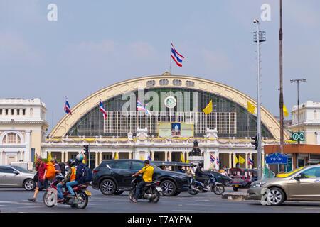 Traffic in front of Hua Lamphong Railway Station, Hua Lamphong Junction, Pathum Wan district, Bangkok, Thailand - Stock Image