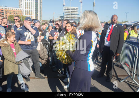 21st October 2018 LONDON, ENG - NFL: OCT 21 International Series - Titans at Chargers Atmosphere Cheerleaders - Credit Glamourstock - Stock Image