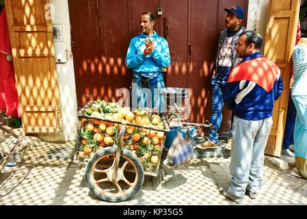 Selling fresh oranges in the medina of Fez, Morocco - Stock Image