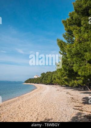 Empty scenic pebble beach in Tucepi, Croatia - Stock Image