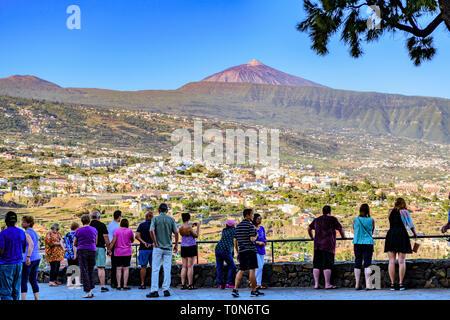 Tourists taking in the view over La Orotava from Mirador La Resbala towards mount Teide, Tenerife, Canary Islands - Stock Image