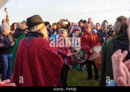 Stonehenge, Amesbury, UK, 21st June 2018,   A group of musicians on drums and panpipes at the summer solstice  Credit: Estelle Bowden/Alamy Live News. - Stock Image