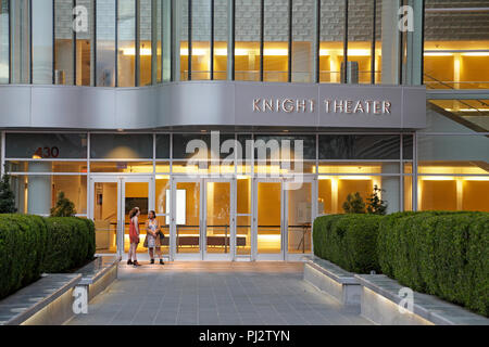Charlotte, North Carolina. Two women outside Knight Theater in downtown at dusk. - Stock Image