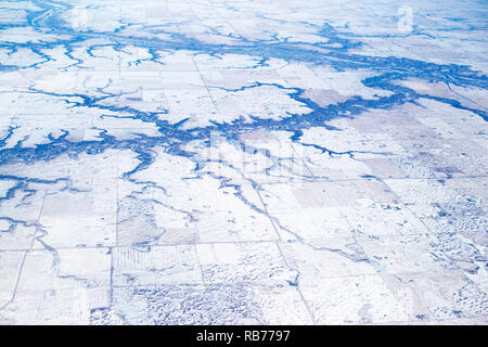Dendritic river drainage pattern in prairie agricultural landscape, aerial view of the Red Deer River and tributaries at Drumheller - Stock Image