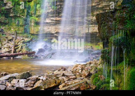 Waterfalls and green moss covered sedimentary rocks of Niagara Escarpment, Ontario, Canada - Stock Image