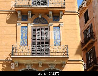 Wohnhaus mit Balkonen und Wandmalerei, Palma, Spanien. - Residential house with balconies and mural painting, Palma, - Stock Image
