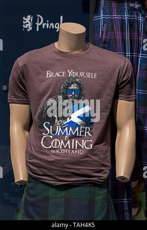 'Brace Yourself, Summer is Coming to Scotland' teeshirt on a headless and handless mannequin ouside a souvenit shop on Edinburgh's Royal Mile. - Stock Image