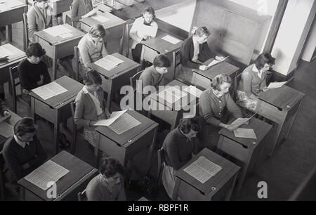 1950s, historical, schoolgirls sit an individual desks with sheet music in a music lesson at a County Secondary School, England, UK. - Stock Image
