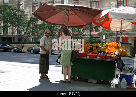 Woman buying fruit at a fruit stand, New York, NY, USA - Stock Image