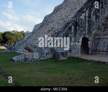 Kukulkan comes to life at El Castillo on the spring and autumn exquinoxes at Chichén Itzá, Yucatán State, Mexico. - Stock Image