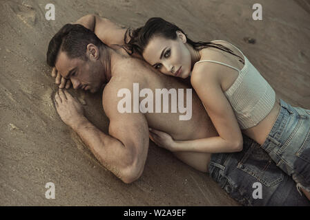 Attractive couple relaxing on a hot, tropical island - Stock Image