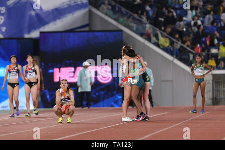 YOKOHAMA, JAPAN - MAY 11: Tebogo Mamatu hugs Justine Palframan of South Africa after they dropped the baton at the final changeover during day 1 of the IAAF World Relays at Nissan Stadium on May 11, 2019 in Yokohama, Japan. (Photo by Roger Sedres/Gallo Images) - Stock Image