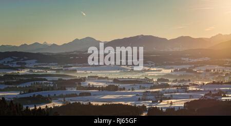 Sonnenaufgang am Auerberg mit Blick auf das Alpenvorland und die Allgäuer Alpenkette, Deutschland, Bayern, Allgäu, Stötten - Stock Image