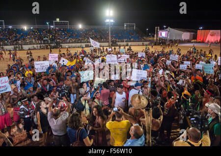 Palmas, Brazil. 28th Oct, 2015. Indigenous people wave banners in protest against PEC 215, a proposal to amend the - Stock Image