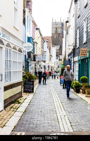 Shops and cafe on Foss Street in the town centre, Dartmouth, South Hams, Devon, England, UK, Dartmouth town Devon UK, Dartmouth town shops, Dartmouth - Stock Image