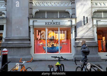 Hermès Paris store boutique exterior shop window in Royal Exchange, City of London England UK  KATHY DEWITT - Stock Image