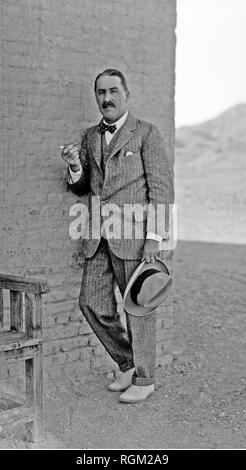 Howard Carter who discovered Tutankhamun's Tomb in the Valley of the Kings Luxor as items from the tomb were removed. Scanned from image material in the archives of Press Portrait Service - (formerly Press Portrait Bureau). - Stock Image