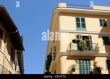 Wohngebäude vor blauem Himmel in Palma, Mallorca, Spanien.   Residential building against blue sky in Palma, - Stock Image