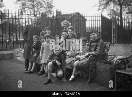 1950s, historical, large family waiting to board the ship, SS Orate, to start a new live overseas in Australia. - Stock Image