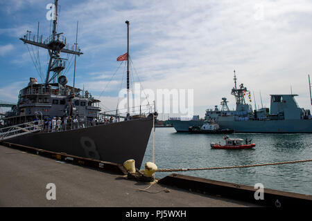 180828-N-CO914-0223.JPG LOS ANGELES (August 28, 2018) Sailors aboard the Avenger-class mine countermeasures ship USS Scout (MCM 8) render honors to the Royal Canadian Navy Halifax-class frigate HMCS Ottawa (FFH 341) as the ships arrive at the Port of Los Angeles to begin Los Angeles Fleet Week (LAFW).  LAFW is an opportunity for the American public to meet their Navy, Marine Corps and Coast Guard teams and experience America's sea services. During fleet week, service members participate in various community service events, showcase capabilities and equipment to the community, and enjoy the hos - Stock Image