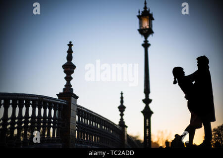 Young couple embracing, Plaza de España, Seville, Spain. - Stock Image
