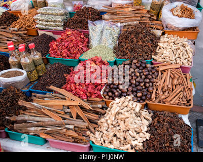 A street stall in Kerala selling typical Indian spices: cardamom, cumin, star anise, tamarind, cloves, nutmeg and mace, cinammon, etc. - Stock Image