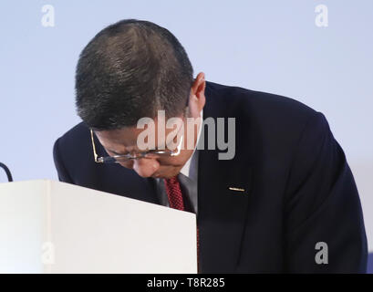 Yokohama, Japan. 14th May, 2019. Japan's automobile giant Nissan Motor president Hiroto Saikawa bows his head as he announces the company's financial result ended March 31 at the Nissan headquarters in Yokohama, suburban Tokyo on Tuesday, May 14, 2019. Nissan posted operating profit of 318.2 billion yen and net revenues of 11.57 trillion yen for the fiscal year 2018. Credit: Yoshio Tsunoda/AFLO/Alamy Live News - Stock Image