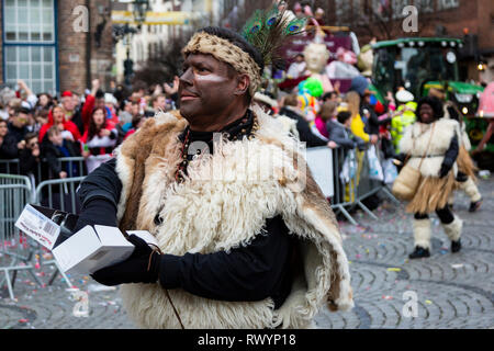 Düsseldorf, Germany. 4 March 2019. White man with a blackened face The annual Rosenmontag (Rose Monday or Shrove Monday) carnival parade takes place in Düsseldorf. - Stock Image