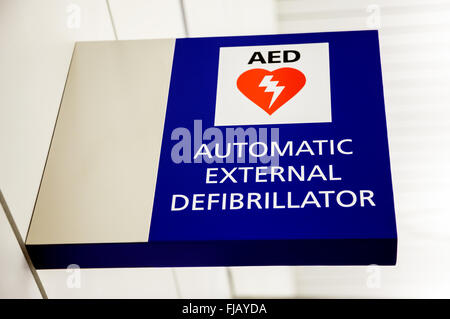 AED Automatic External Defibrillator Sign on a wall at an airport. - Stock Image