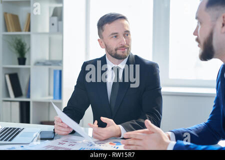Men discussing papers - Stock Image