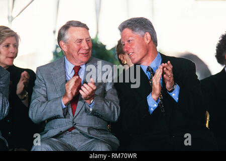 U.S. President Bill Clinton sits with Journalist Robert MacNeil, left, during the National Medal of Arts and Humanities awards during a ceremony on the South Lawn of the White House September 29, 1997 in Washington, DC. - Stock Image