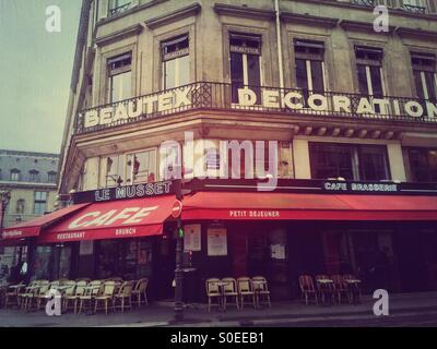 Le Musset cafe and brasserie on 1st arrondissement or district in central Paris, France. Vintage texture overlay. - Stock Image