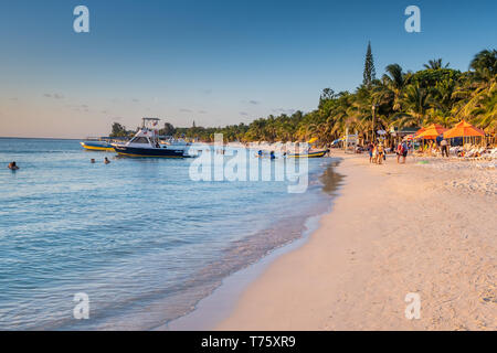 Beautiful sunset casts warm light on West Bay Beach in Roatan Honduras. - Stock Image