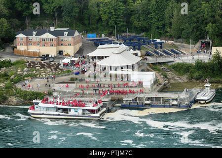 Niagara Falls, USA – August 29, 2018: The passengers get on the boat to get close to Horseshoe Niagara fall - Stock Image