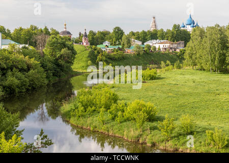Kamenka River with view of Entry into Jerusalem, Assumption of the Virgin, and Virgin Nativity Churches, Suzdal, Russia - Stock Image