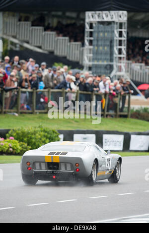 Chichester, West Sussex, UK. 13th Sep, 2013. Goodwood Revival. Goodwood Racing Circuit, West Sussex - Friday 13th September. Racing action on the track with the GT-40 qualifying session. © MeonStock/Alamy Live News - Stock Image