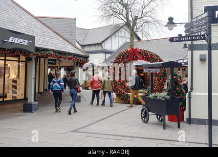 Shoppers at Cheshire Oaks Designer Retail Outlet at the January Sales on Take-back Wednesday - Stock Image