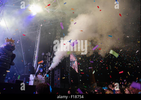 Portsmouth, UK. 29th August 2015. Victorious Festival - Saturday. The crowd are showered in confetti and smoke during - Stock Image