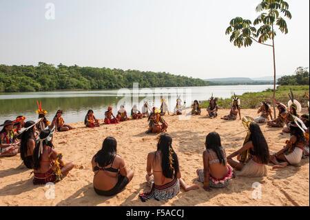 Palmas, Tocantins State, Brazil. 29th October, 2015. Brazilian indigenous women sit in spiritual preparation for - Stock Image