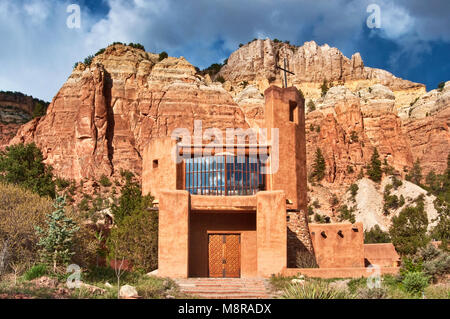 Church at Christ of the Desert Monastery, Mesa de las Viejas behind, in Chama Canyon near Abiquiu, New Mexico, USA - Stock Image