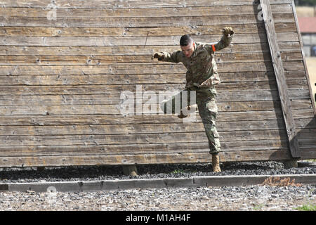 Spc. Justin P. Ascione, 144th Area Support Medical Company, Utah Army National Guard, drops to the ground from a - Stock Image