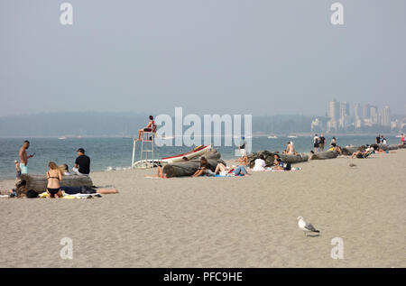 Vancouver, BC, Canada. 20th August 2018.  Thick smoke from wildfires in the province covers Vancouver on Monday, as seen from Kits Beach on the West side.  Visibility is limited and air quality is very poor. Credit: Maria Janicki/Alamy Live News - Stock Image