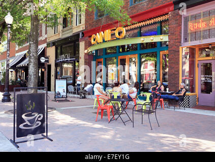 Fayetteville, North Carolina. People at a cafe on Hay street in downtown. - Stock Image