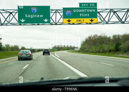 Highway exit sign for Flint (I-475) and Saginaw Michigan on I-75. - Stock Image