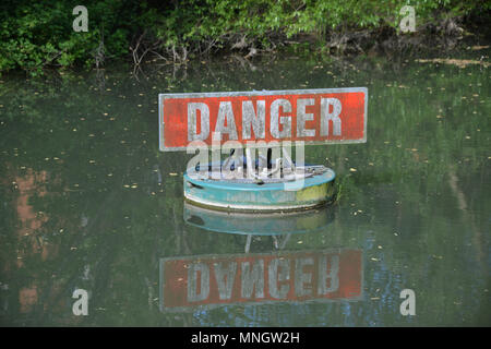 Danger sign as a warning to sailors and pedestrians on rthe Oxford Canal near the area of Jericho, Oxford - Stock Image